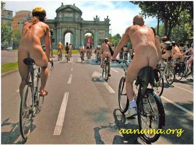 Paseando en bicicleta por la calle de Alcalá (Madrid)