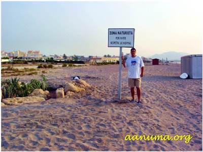 Vestido en una playa pública de Vera (Almería)