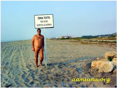 Desnudo en una playa pública de Vera (Almería)